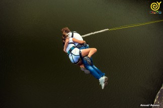 Стрибки з мотузкою з Арочного моста в Запоріжжі