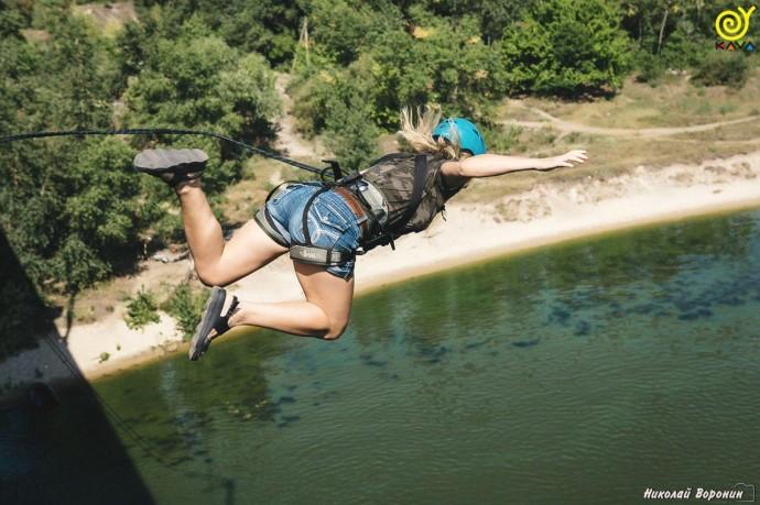 Прыжок с веревкой с моста в Каменском