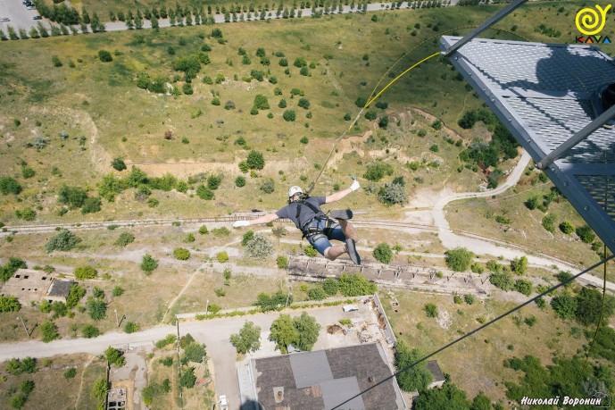 Прыжки с веревкой с трубы 126 метров
