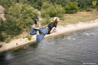 Прыжки с веревкой с моста в Каменском
